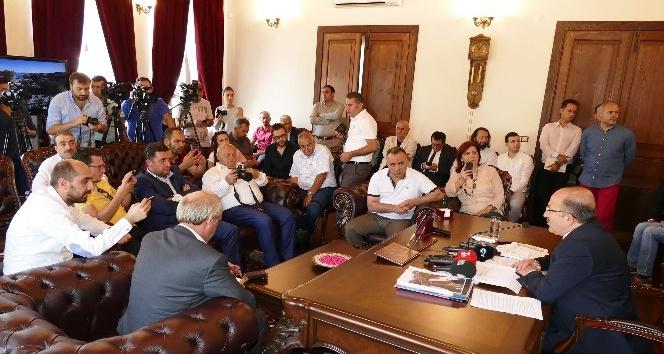Gümrükçüoğlu, basın mensuplarıyla sohbet toplantısı gerçekleştirdi