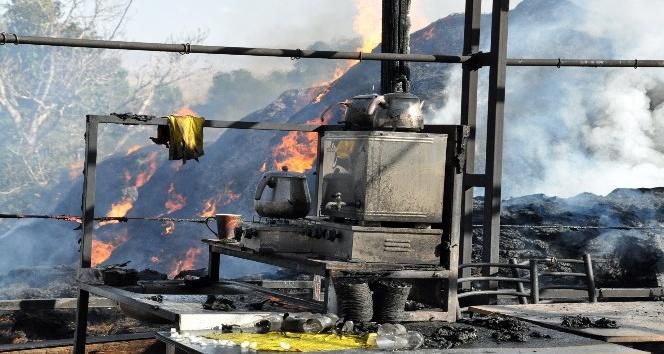 Taziye evinde yangın: Çadır küle döndü, 100 ton ot yandı