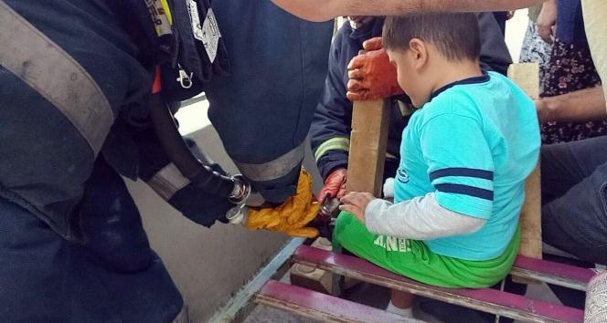 4 yaşındaki Eymen'in ayağı demir kanepeye sıkıştı