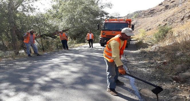 Karayolları Kars-Susuz eski yolunun onarımını yapıyor
