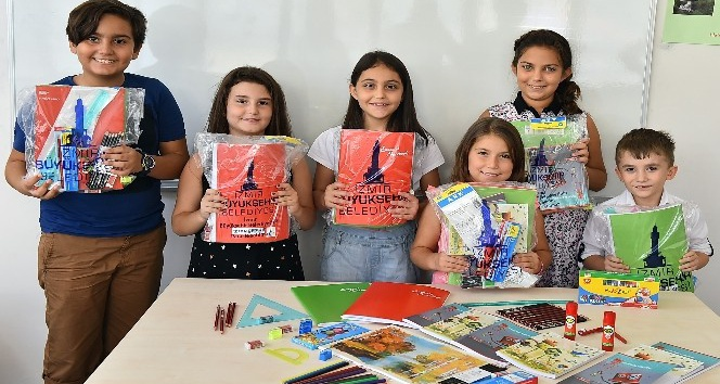 İzmir Büyükşehir Belediyesi'nden 50 bin öğrenciye okul hediyesi