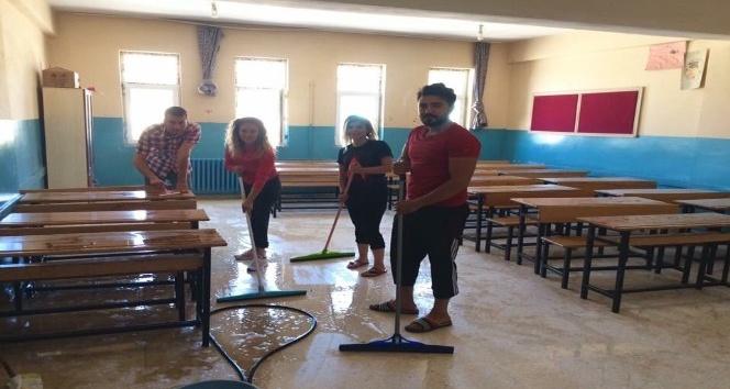Öğretmenler sınıfları yıkadı