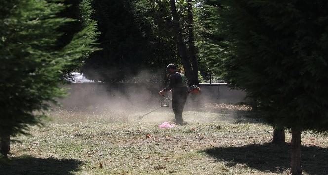 Okul bahçeleri temizleniyor