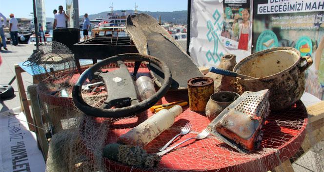 Denizden çıkan atıklar balıkçı tezgahlarında sergilendi