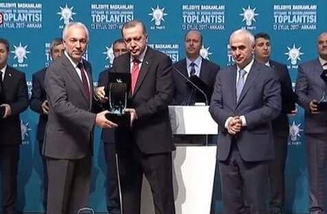 Cumhurbaşkanı Erdoğan'dan, Belediye Başkanı Kamil Saraçoğlu'na ödül