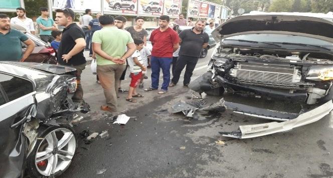Alkollü sürücü park halindeki araçlara çarptı: 2 yaralı