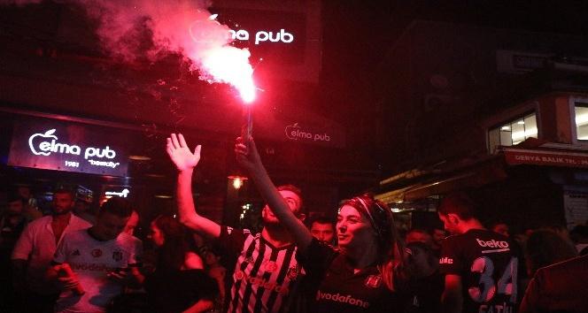 Beşiktaş taraftarı galibiyeti Çarşı'da kutladı