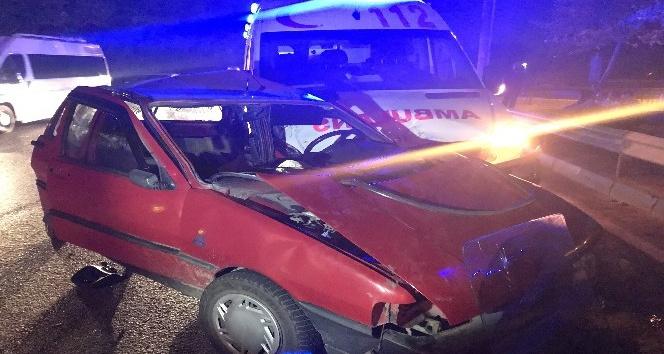 Otomobil ambulansla çarpıştı:1'i ağır 4 yaralı
