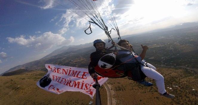 (Özel Haber) Çılgın aşık sevdiği kıza paraşütle atladıktan sonra evlenme teklif etti