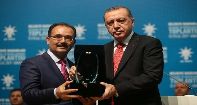 Başkan Cahan, proje ödülünü Cumhurbaşkanı Erdoğan'dan teslim aldı