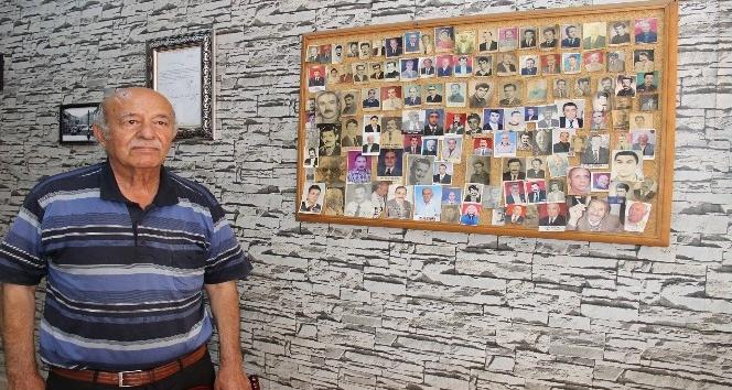 Ölen müşterilerinin fotoğraflarını iş yerinde sergiliyor