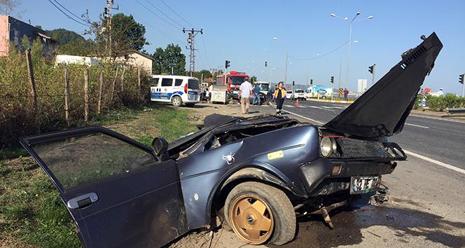 Otobüsün çarptığı otomobil ikiye bölündü: 3 yaralı