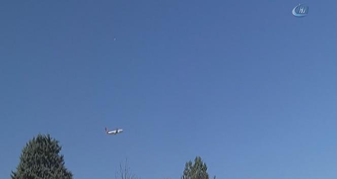 Uçaklar yoğunluktan adeta üst üste uçuyor