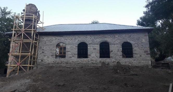 Depremde hasar gören,  600 yıllık tarihi cami onarılıyor