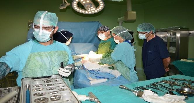 Kalça çıkığı hastaya total kalça protezi ameliyatı yapıldı