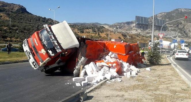 Söke'de gazbeton yüklü kamyon devrildi