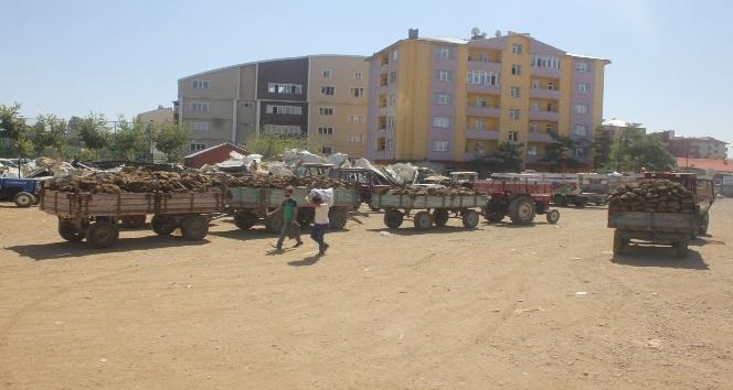 Traktörlerle tezek satabilmek için günlerdir bekliyorlar