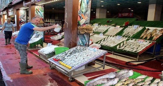 Balıklar tezgahlardaki yerini aldı