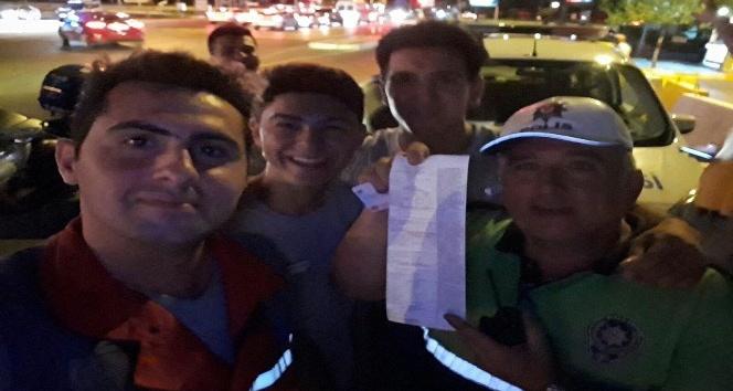 Kendisine ceza yazan trafik polisiyle selfie çektirdi