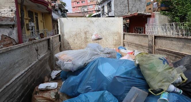 Adana'da evden bir kamyon çöp çıktı