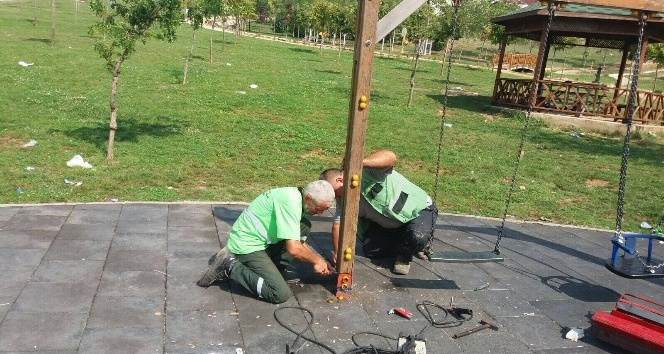 Büyükşehir Belediyesi parklarda bakım çalışması yapıyor