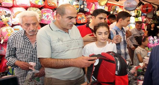 Okul alışverişinde vatandaşlar sıraya girdi, esnafın yüzünü güldü