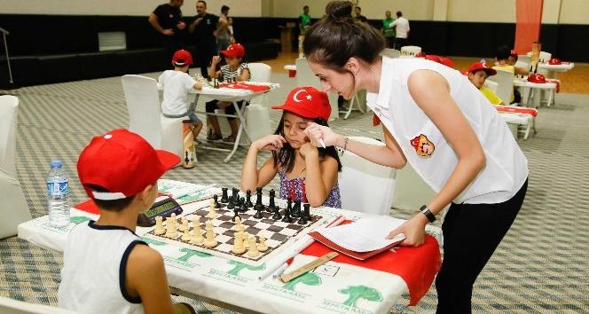Minik satranççılar, aziz şehitleri ve kahraman gazileri andılar