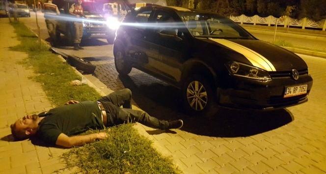 Alkollü kişiler patlayan lastiği değiştirirken yolda sızıp kaldı