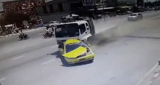 Kamyonet taksiyi biçti: 5 ölü