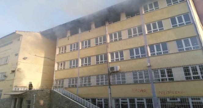 Kullanılmayan okulda çıkan yangın korkuttu