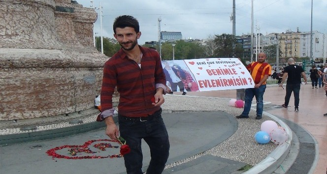 (Özel Haber) Taksim Meydanı'ndaki evlilik  teklifi renkli görüntüler oluşturdu