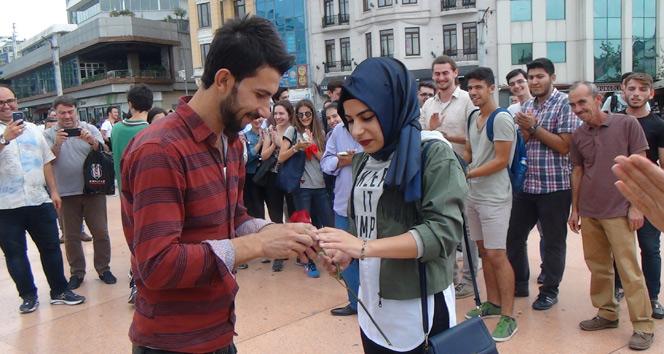 Taksim Meydanındaki evlilik teklifi renkli görüntüler oluşturdu
