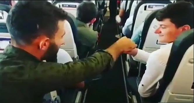 Uçakta elden ele pilota bilet parası gönderdiler