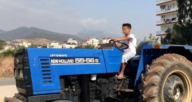 Çocuk traktör şoförü yürekleri ağza getirdi