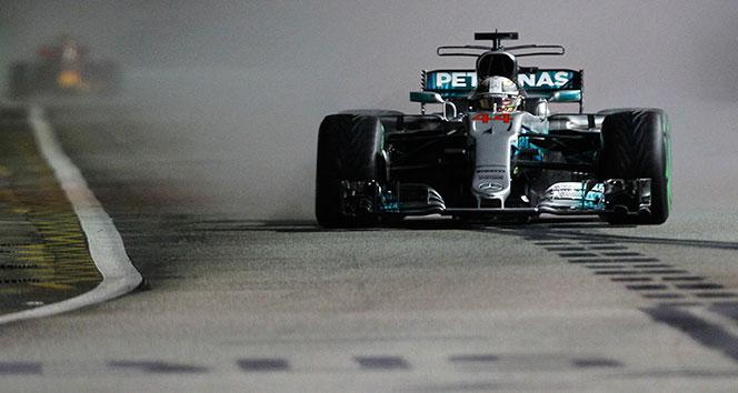 Mercedes pilotları Singapurda koltuklarını sağlamlaştırdı