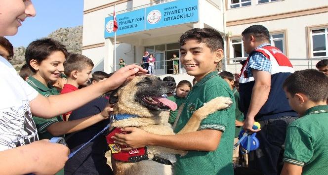 Jandarmadan ilk derste köpekli sürpriz
