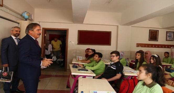 Rektör Bağlı, öğrencilerin ilk gün heyecanına ortak oldu