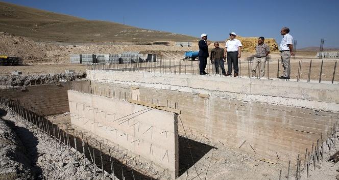 Vali Ali Hamza Pehlivan, yapımı devam eden ahır projelerini inceledi