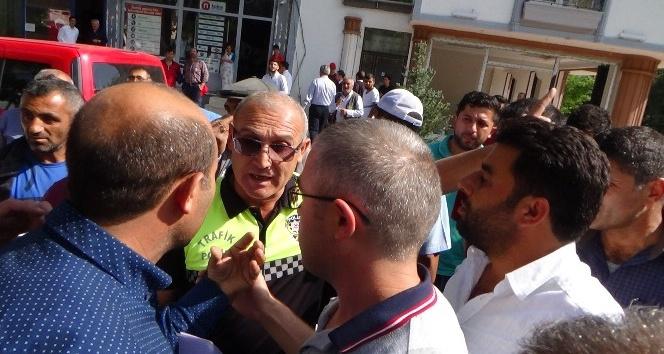 Dolmuşçular belediye binası önünde eylem yaptı