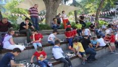 Sokakta Satranç Var projesi kapsamında Meydan Parkında yüzlerce kişi satranç oynadı