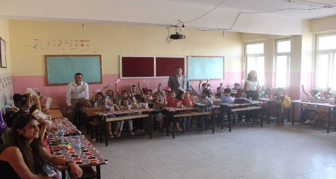 Kozluk Gençlik Merkezinden öğrencilere kırtasiye yardımı