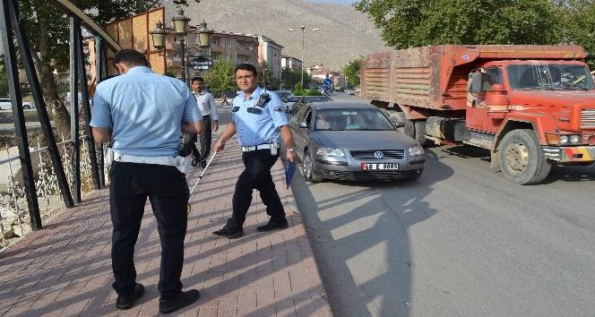 Otomobil, kaldırımdaki vatandaşa çarptı