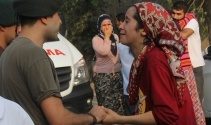 Şehidin yeğeni polisin elini tutup ağladı