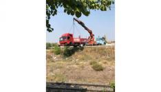 Kaza yapan kamyon tren yoluna takla attı: 1 ölü