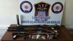 Uyuşturucu operasyonunda 6 silah ve 9.50 gram esrar ele geçirildi