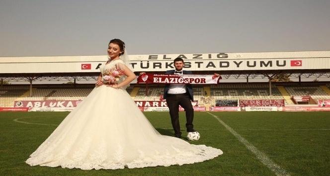 Düğün fotoğraflarını sahada çektirdiler