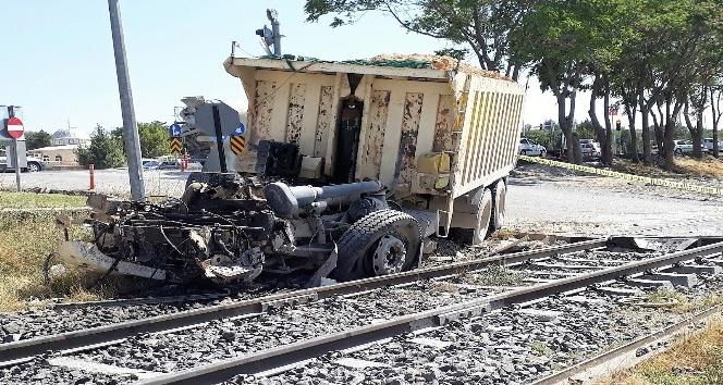 Freni patlayan kamyon trene çarptı: 1 yaralı