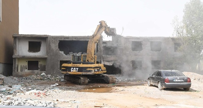 Muş'ta metruk binalar yıktırılıyor