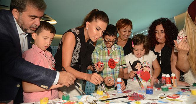 Ünlü sanatçı Ebru Yaşar ile görme engelli çocukların geleceği renkleniyor