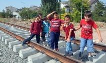 Tren yolu üzerinde tehlikeli okul yolculuğu